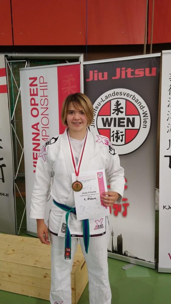 Viola Fritsche mit der Goldmedaille.