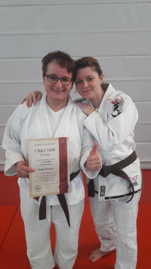 Helga Powalle mit Ernennungsurkunde und ihre Trainingspartnerin Daniela Ridinger.